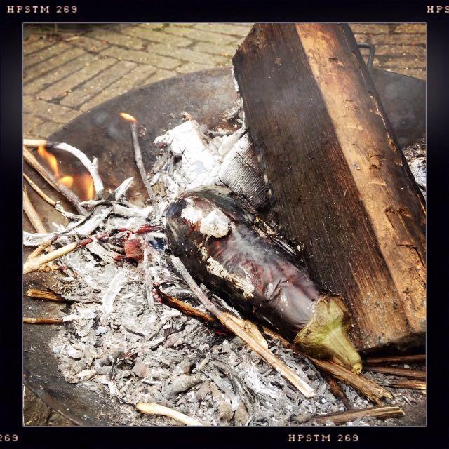 Aubergine roosteren in het vuur