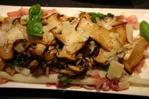 witte asperges met italiaanse ham, paddenstoelen, pesto en parmezaanse kaas